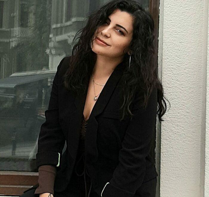 istanbul female tour guide sanem